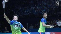 Ganda campuran Indonesia, Tontowi Ahmad/Liliyana Natsir mengembalikan kok ke arah Chan Peng Soon/Goh Liu Ying (Malaysia) pada Final Indonesia Open 2018 di Istora GBK, Minggu (8/7). Tontowi/Liliyana unggul 21-17, 21-8. (Liputan6.com/Helmi Fithriansyah)