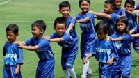 Potret keceriaan Player Escort Kids Allianz pada lanjutan penyisihan Grup H Piala AFC 2019 antara PSM Makassar Vs Home United, Selasa (30/4/2019) di Stadion Pakansari, Kab. Bogor. (Bola.com/Muhammad Iqbal Ichsan)