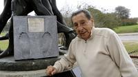 Legenda sepak bola Uruguay Alcides Ghiggia berfoto di monumen cap kakinya, di Montevideo pada 4 Juni 2010. Ghiggia meninggal dunia pada 16 Juli 2015, tepat 65 tahun setelah ia mencetak gol yang menentukan kemenangan Uruguay 2-1 atas Brasil, pada final Pia