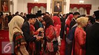 Menteri Susi Pudjiastuti memberi selamat kepada Menteri ESDM, Arcandra Tahar usai acara pelantikan di Istana Negara, Rabu (27/7). Arcandra Tahar menggantikan Sudirman Said dalam Reshuffle Kabinet jilid II. (Liputan6.com/Faizal Fanani)