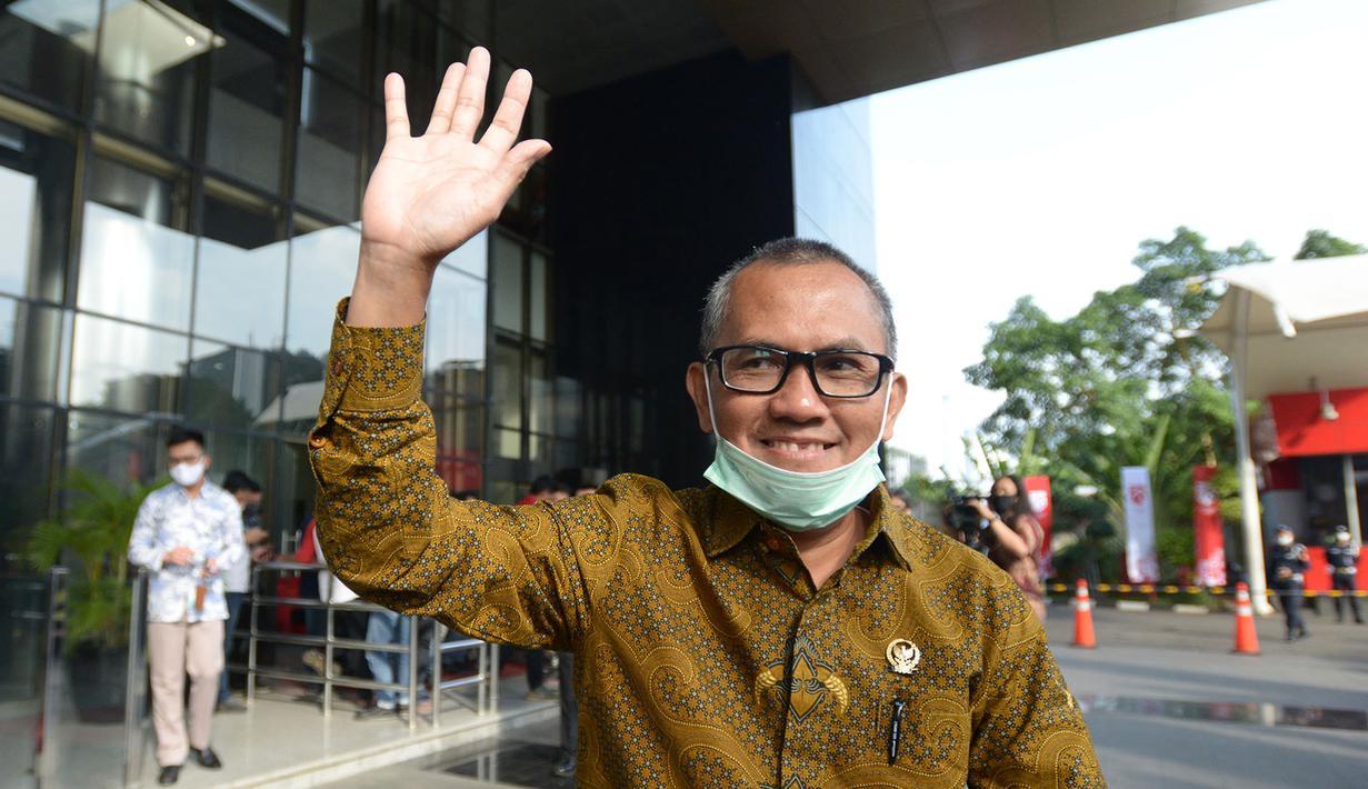 Ketua Komisi Yudisial (KY), Jaja Ahmad Jayus melambaikan tangan usai pertemuan dengan pimpinan KPK di Gedung KPK, Jakarta, Jumat (3/7/2020). Pertemuan yang berlangsung tertutup itu untuk membahas pertukaran data terkait hakim bersama pimpinan lembaga antirasuah tersebut. (merdeka.com/Imam Buhori)