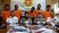 Lima pelaku perampok janda dan barang bukti kejahatannya di Mapolda Riau. (Liputan6.com/M Syukur)