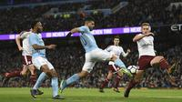 Striker Manchester City, Sergio Aguero, berusaha membobol gawang Burnley pada laga Piala FA di Stadion Etihad, Manchester, Sabtu (6/1/2018). City menang 4-1 atas Burnley. (AFP/Oli Scarff)