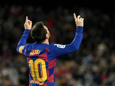 Gelandang Barcelona, Lionel Messi, merayakan gol yang dicetaknya ke gawang Granada pada laga La Liga di Stadion Camp Nou, Barcelona, Minggu (19/1). Barcelona menang 1-0 atas Granada. (AFP/Lluis Gene)