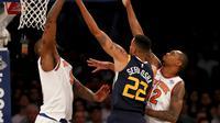 Penggawa New York Knicks, Kyle O'Quinn (kiri) memblok lay-up guard Utah Jazz, Thabo Sefolosha, pada lanjutan NBA 2017-2018 di Madison Square Garden, Rabu (15/11/2017) atau Kamis (16/11/2017) WIB. (AFP/Elsa)