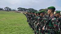 Para Personel TNI Disiagakan Untuk Mengawal Kegiatan Presiden Joko Widodo di Probolinggo, Jawa Timur. (Foto: Dian Kurniawan/Liputan6.com)