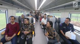 Presiden Jokowi berbincang dengan Ketum PKB, Muhaimin Iskandar (tengah) dan Menteri BUMN Rini Soemarno saat menjajal kereta bandara menuju Stasiun Sudirman Baru, Selasa (2/1). (Liputan6.com/Pool/Kurniawan)