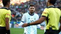 Ekspresi penyerang Argentina, Lionel Messi setelah menerima kartu merah dari wasit Mario Diaz selama  pertandingan melawan Chile di Copa America 2019 di Arena Corinthians, Brasil (6/7/2019). Kartu Merah yang diterima Messi adalah yang kedua sepanjang kariernya. (AP Photo/Victor R. Caivano)