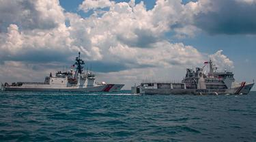 Kapal penjaga Pantai AS latihan bersama Bakamla RI di selat Singapura. (Dokumentasi Kedubes AS di Jakarta/Sersan Kevin Rivas)