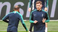 Bek Tottenham Hotspur, Jan Vertonghen, saat sesi latihan jelang laga semifinal Liga Champions di Stadion Johan Cruyff, Rabu (8/5). Tottenham Hotspur akan menghadapi Ajax Amsterdam. (AFP/Emmanuel Dunand)