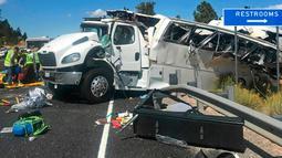 Kondisi bus wisata berisi turis China yang mengalami kecelakaan di dekat Taman Nasional Bryce Canyon, barat daya Utah, Amerika Serikat, Jumat (20/9/2019). Di tengah perjalanan, bus keluar dari jalan raya dan terguling menabrak pagar pengaman. (Spenser Heaps/The Deseret News via AP)