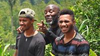 Pelatih Barito Putera, Jacksen Tiago (tengah), bersama dua pemainnya Prisca Womsiwor dam Yacob Sayuri. (Bola.com/Iwan Setiawan)