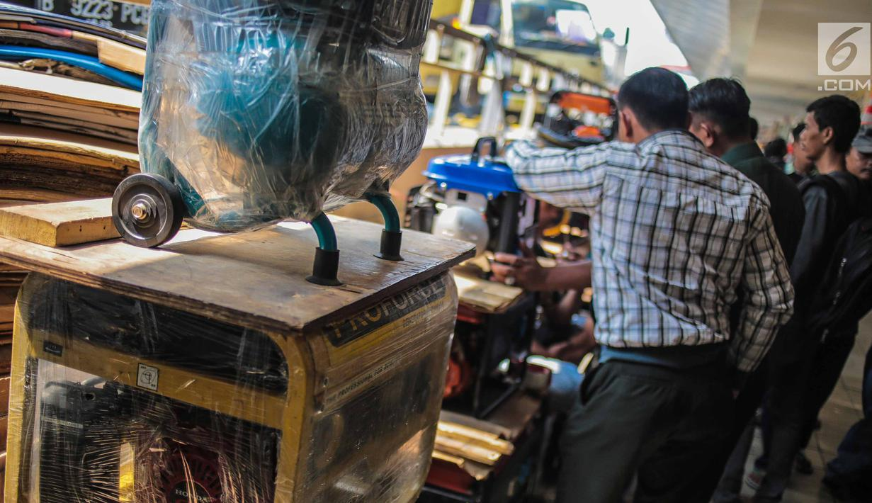 Pembeli memilih genset yang dijual di sebuah pusat peralatan teknik, kawasan Glodok, Jakarta, Senin (5/8/2019). Imbas padamnya listrik, toko genset di kawasan Glodok ramai diserbu warga yang membutuhkan penerangan di rumah mereka. (Liputan6.com/Faizal Fanani)