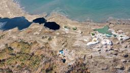 Lubang runtuhan (sinkhole) terlihat di pesisir Laut Mati dekat pantai Ein Gedi  (28/11/2020). Saat Laut Mati menyusut dan permukaan airnya menurun, ratusan sinkhole menelan tanah tempat garis pantai sebelumnya berada. (Xinhua/Gil Cohen Magen)