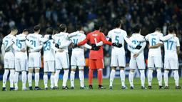 Para pemain Real Madrid mengheningkan cipta sebelum melawan Dortmund pada laga Liga Champions di Stadion Santiago Bernabeu, Madrid, Rabu (6/12/2017). Ritual ini dilakukan untuk mengenang madrid Henning Jensen. (AP/Francisco Seco)