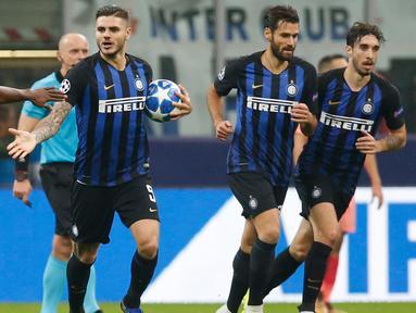 Striker Inter Milan, Mauro Icardi berselebrasi bersama rekannya usai mencetak gol di menit ke-87 ke gawang Barcelona pada pertandingan grup B Liga Champions di Giuseppe Meazza, Italia (6/11). Inter imbang dengan Barcelona 1-1.