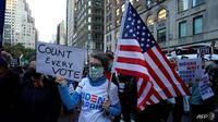 "Orang-orang berkumpul di Fifth Avenue selama unjuk rasa ""Hitung Setiap Suara"" di New York pada 4 November 2020, saat Joe Biden mendekati suara elektoral yang diperlukan untuk memenangkan kursi kepresidenan. (Foto: AFP / Timothy A Clary)"
