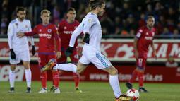 Aksi Gareth Bale saat melakukan tendangan penalti ke gawang CD Numancia pada laga Copa Del Rey di Nuevo Estadio Los Pajaritos stadium, Soria, (4/1/2018). Madrid menang 3-0. (AFP/Cesar Manso)