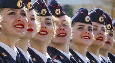 Kadet Akademi Kementerian Dalam Negeri berbaris saat parade militer Hari Kemenangan di Lapangan Dvortsovaya, St. Petersburg, Rusia, Minggu (9/5/2021). Parade militer ini untuk memperingati 76 tahun berakhirnya Perang Dunia II di Eropa. (AP Photo/Dmitri Lovetsky)