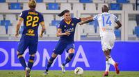 Bek AS Roma, Chris Smalling berusaha menembak bola dari kawalan pemain SPAL, Bryan Dabo pada pertandingan lanjutan Liga Serie A Italia di stadion Paolo Mazza di Ferrara, Italia, Rabu, (22/7/2020). Roma menang telak 6-1 atas SPAL. (Fabio Rossi/LaPresse via AP)