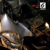 Diduga karena ngantuk dan melaju sangat kencang sebuah mobil minibus menabrak pembatas jalan. Petugas jasa marga kesulitan mengeluarkan tubuh korban karena terjepit stir mobil
