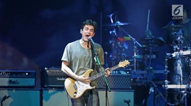 """Penyanyi asal Amerika Serikat, John Mayer menghibur penggemarnya saat konser bertajuk John Mayer Asia Tour 2019 di ICE BSD City, Tangerang, Jumat (5/4/2019) malam. John Mayer membuka penampilannya lewat lagu """"Belief"""" dalam konser perdananya di Indonesia . (Fimela.com/Bambang E. Ros)"""