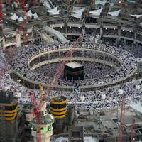 Pemandangan dari udara menunjukkan ribuan umat Muslim memadati Kakbah yang terletak di Masjidil Haram pada malam Lailatul Qadar di kota Mekkah, 14 Juli 2015. (REUTERS/Ali Al Qarni)