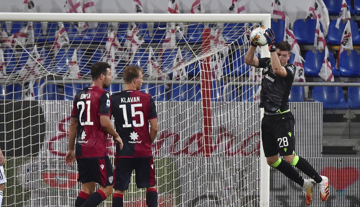 Kiper Cagliari, Alessio Cragno, menangkap bola saat melawan Juventus pada laga Serie A di Stadion Sardegna, Rabu (29/7/2020). Cagliari menang 2-0 atas Juventus. (Alessandro Tocco/Lapresse via AP)