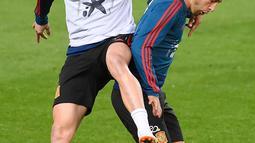 Gelandang Spanyol, Saul Niguez (kiri) berebut bola dengan dengan gelandang Sergio Canales selama sesi latihan di stadion Mestalla di Valencia (22/3). Spanyol akan bertanding melawan Norwegia pada grup F kualifikasi Euro 2020. (AFP Photo/Jose Jordan)