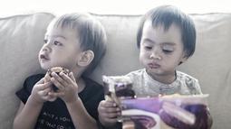 Sekala dan Bjorka kompak memakan biskuit dengan lahap. (Liputan6.com/IG/@sabaidieter)
