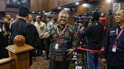 Ketua KPU Arief Budiman tertawa saat mengikuti sidang ke-5 sengketa Pilpres 2019 di Gedung MK, Jakarta, Jumat (21/6/2019). Sidang tersebut beragendakan mendengar keterangan saksi dan ahli dari pihak terkait yakni paslon nomor urut 01 Joko Widodo (Jokowi)-Ma'ruf Amin. (Liputan6.com/Johan Tallo)