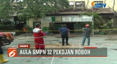 Petugas pemadam kebakaran tiba di lokasi robohnya Gedung Aula SMPN 32 di Pekojan, Tambora, Jakarta Barat, Kamis, 21 Desember 2017.