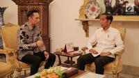 Presiden Joko Widodo atau Jokowi (kanan) berbincang dengan Ketua Kogasma Partai Demokrat Agus Harimurti Yudhoyono atau AHY di Istana Merdeka, Jakarta, Kamis (2/5/2019). Dalam pertemuan empat mata tersebut AHY mengaku membahas kondisi politik pasca-Pemilu 2019. (Liputan6.com/Pool/Biro Pers Setpres)