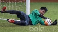 4. Kurniawan Kartika Ajie akan menjadi pilihan utama di bawah mistar gawang Timnas Indonesia U-22. Pemain Persiba Balikpapan ini tampil impresif sepanjang babak penyisihan grup. (Bola.com/Vitalis Yogi Trisna)