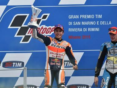 Pebalap Honda, Marc Marquez (tengah), memenangi balap MotoGP San Marino di Sirkuit Misano, Minggu (13/9/2015). (AFP Photo/Alberto Pizzoli)