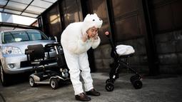 Seorang nenek bernama Kimiko Nishimoto bersiap untuk melakukan sesi pemotretan di rumahnya di kota Kumamoto, Jepang (16/1). Nenek Kimiko Nishimoto ini menjadi viral di dunia maya karena kerap membagikan swafotonya yang konyol. (AFP Photo/Behrouz Mehri)