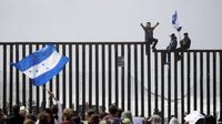 Para imigran asal Honduras berdemonstrasi di perbatasan AS - Meksiko di San Ysidro, San Diego, California (29/4) (AP PHOTO via VOA)