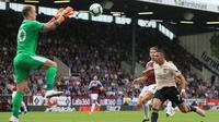 Kiper Burnley, Joe Hart, mengamankan bola dari kejaran striker Manchester United, Alexis Sanchez, pada laga Premier League di Stadion Turf Moor, Burnley, Minggu (2/8/2018). Burnley kalah 0-2 dari MU. (AFP/Lindsey Parnaby)