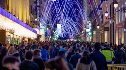 Alun-alun Puerta del Sol didekorasi dengan lampu-lampu hias di Madrid, ibu kota Spanyol, pada 28 November 2020. Lampu-lampu hias untuk menyemarakkan perayaan Natal itu dipasang mulai 26 November 2020 hingga 6 Januari 2021. (Xinhua/Meng Dingbo)