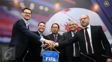 Wakil Ketua Umum PSSI, Joko Driyono (tengah) bersalaman dengan perwakilan FIFA usai pertemuan, Jakarta, Jumat (10/2). Pertemuan membahas National Dispute Resolution Chamber atau penyelesaian sengketa pemain profesional. (Liputan6.com/Helmi Fithriansyah)