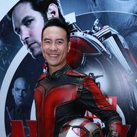 Daniel Mananta mengenakan kostum Ant-man, superhero produksi Marvel. (Bintang/Deki Prayoga)