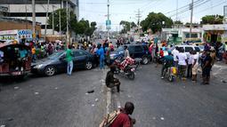 Warga memblokir jalan raya dengan mobil mereka saat memprotes krisis bahan bakar di Port-au-Prince, Haiti, Senin (16/9/2019). Protes menyebabkan bank dan kantor pemerintahan tutup. (AP Photo/Dieu Nalio Chery)