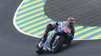 Pebalap Movistar Yamaha, Maverick Vinales, menjadi yang tercepat dengan catatan waktu 1 menit 31,994 detik pada kualifikasi MotoGP Prancis di Sirkuit Le Mans, Sarthe, Sabtu (20/5/2017). (AFP/Jean-Francois Monier)