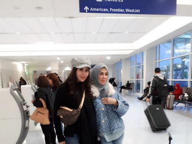 Pesinetron dan presenter Syahnaz Shadiqah resmi dipersunting Jeje Govinada pada 21 April 2018 silam. Meski telah bersuami, adik Raffi Ahmad itu masih saja manja dengan mamanya, Amy Qanita. (Instagram/ritchieismail)