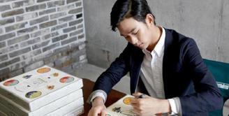 Kim Soo Hyun merupakan salah satu aktor Korea yang terbiasa menggunakan tangan kiri. Akan tetapi, ia diharuskan menggunakan tangan kanan saat bermain drama. (Foto: soompi.com)