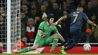 Gelandang Mnachester United, Alexis Sanchez, berusaha mengecoh kiper Arsenal, Petr Cech, pada laga Piala FA di Stadion Emirates, London, Jumat (25/1). Arsenal kalah 1-3 dari MU. (AFP/Ian Kington)