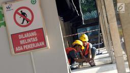 Pekerja menyelesaikan proses renovasi Masjid Istiqlal Jakarta, Selasa (18/6/2019). Pemerintah merenovasi dan memperbaiki struktur bangunan Masjid Istiqlal yang merupakan salahsatu cagar budaya dengan anggaran sebesar Rp465 miliar. (Liputan6.com/Helmi Fithriansyah)