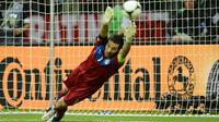 Gianluigi Buffon - Penjaga gawang Italia ini mencatat cleansheet delapan kali sepanjang putaran final Piala Eropa. Bermain sebanyak 1620 menit pada Euro 2004, 2008, 2012, dan 2016, ia hanya mencatat 14 kali kebobolan. (Foto: AFP/Janek Skarzynski)
