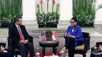 Menteri Luar Negeri RI Retno Marsudi (kanan) saat melakukan perbincangan empat mata dengan Menteri Luar Negeri Malaysia, Dato' Saifuddin Abdullah di Gedung Pancasila, Jakarta, Senin (23/7). (Liputan6.com/Helmi Fithriansyah)