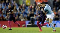 Penyerang Barcelona, Neymar berusaha mengejar bola dari kawalan bek Celta Vigo, Hugo Mallo pada lanjutan liga Spanyol di Stadion Balaidos, Vigo (3/10).  Celta Vigo berhasil mengalahkan Barcelona dengan skor 4-3. (REUTERS/Miguel Vidal)
